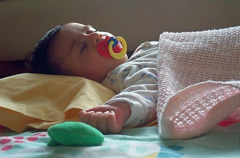 800px-Baby_sleeping_2929_Nevit