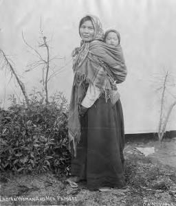 naine kannab last lapse kandmine kandekott kandelina kõhukott